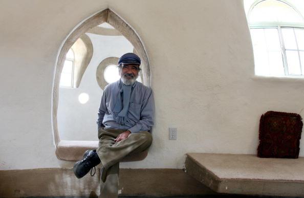 Iranian-born Architect Nader Khalili pos