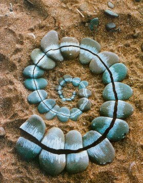 andy_goldsworthy_broken_pebbles